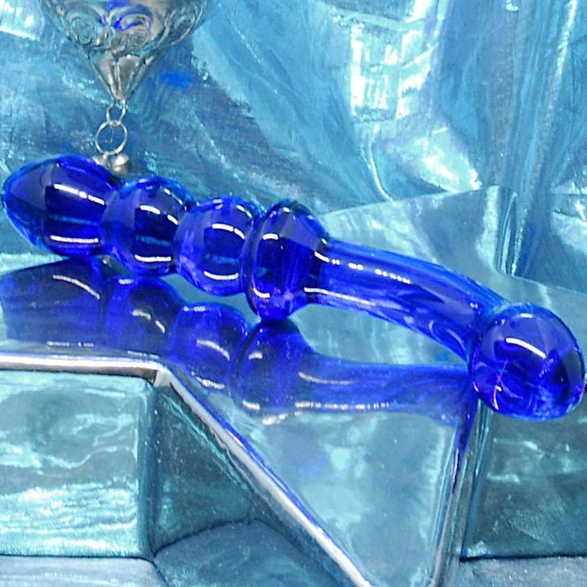 Bluegspotglassdildoclose844x844